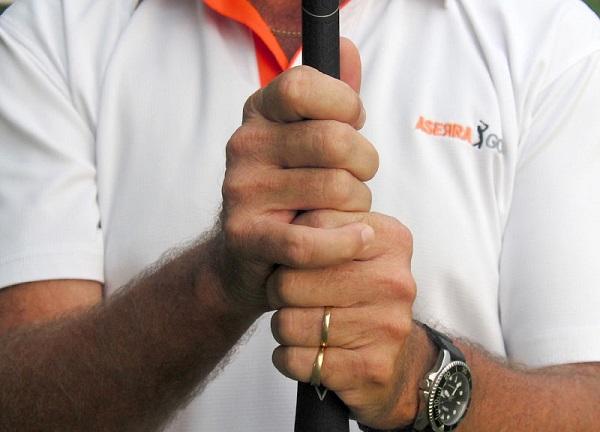 kỹ thuật cầm gậy golf đúng cách