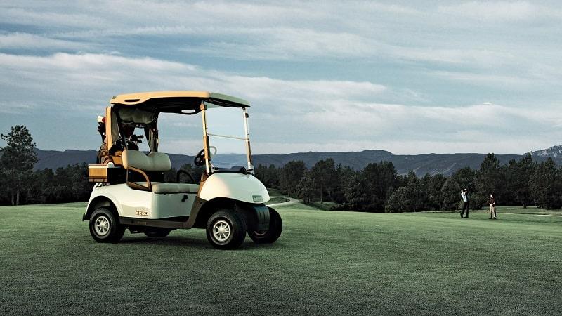 Một chiếc golf cart trên sân golf