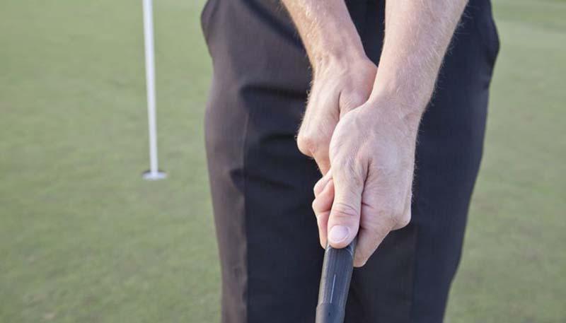 Cross Hand cũng là cách cầm gậy golf putter phổ biến