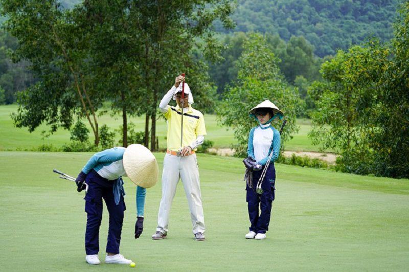 Caddie đảm nhận việc làm sạch dụng cụ chơi golf