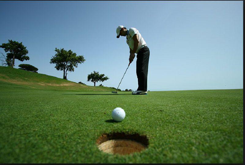 Cú đánh putter kết thúc một hố golf