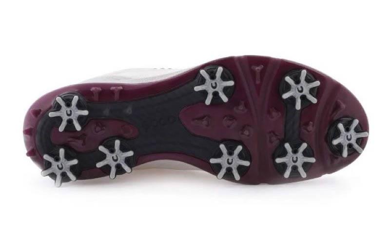 Phần đế giày được thiết kế chống trơn trượt hoàn hảo