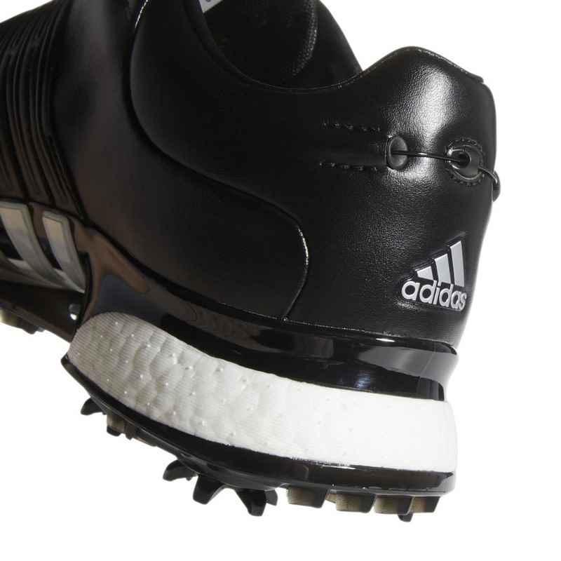 Phần đế giày có các chốt chống trượt được thiết kế dày dặn