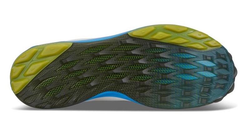 Đế giày được thiết kế ôm sát gan bàn chân tạo sự vừa vặn