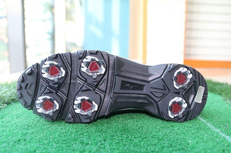 Thiết kế phần đế giày có nhiều đinh nhựa giúp tăng cường ma sát
