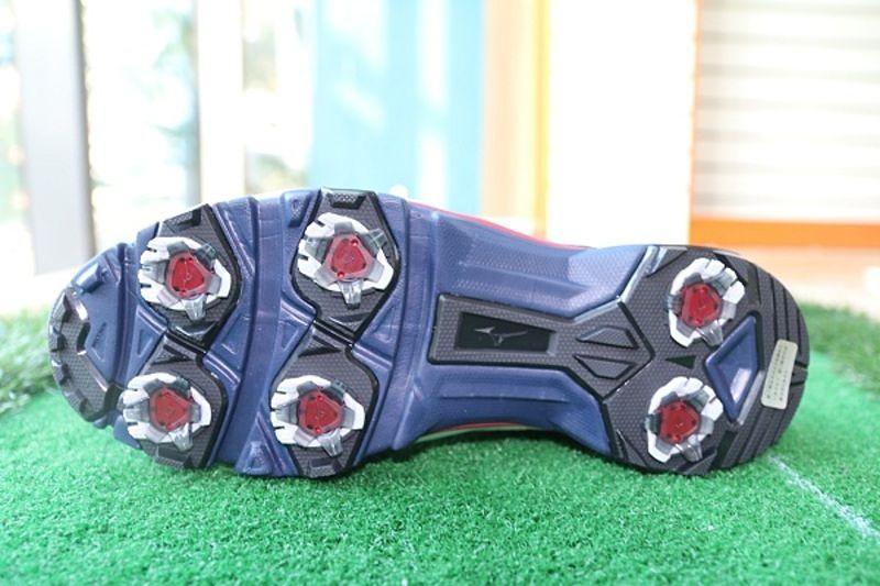 Đế giày được làm từ đinh nhựa giúp tăng độ bám sân
