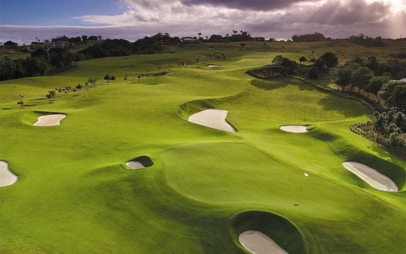 Khi đến với sân golf, du khách sẽ được tận hưởng không khí trong lành, đắm chìm vào sự yên tĩnh và cảnh sắc thiên nhiên hữu tình