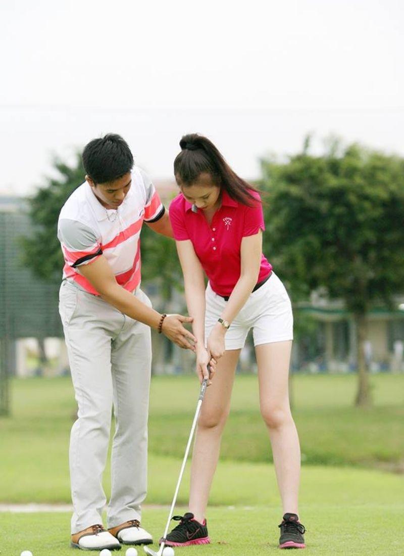Golfer hướng dẫn bạn cùng chơi