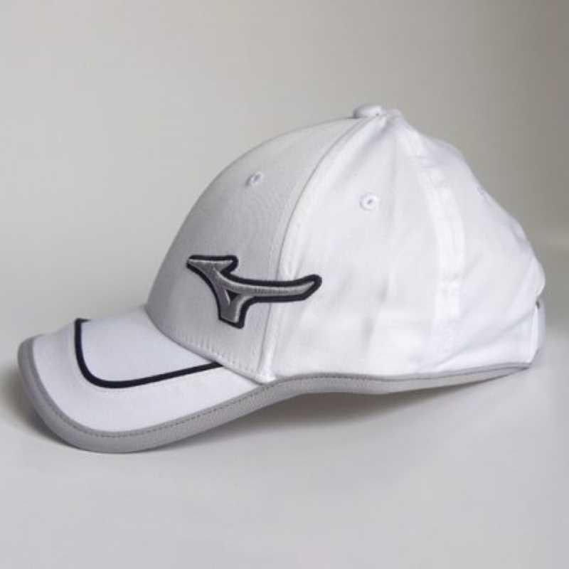 Mẫu mũ này lấy màu trắng là chủ đạo phù hợp với mọi người dùng