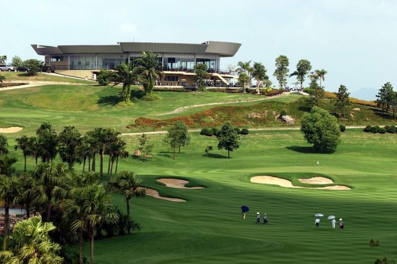 Đứng trên câu lạc bộ, các golfer hay khách tham quan có thể nhìn phóng tầm nhìn bao quát quanh sân golf