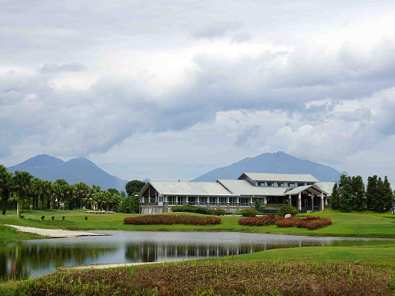 Nhà câu lạc bộ của sân golf Đầm Vạc là địa điểm người chơi có thể phóng tầm mắt quan sát toàn bộ sân