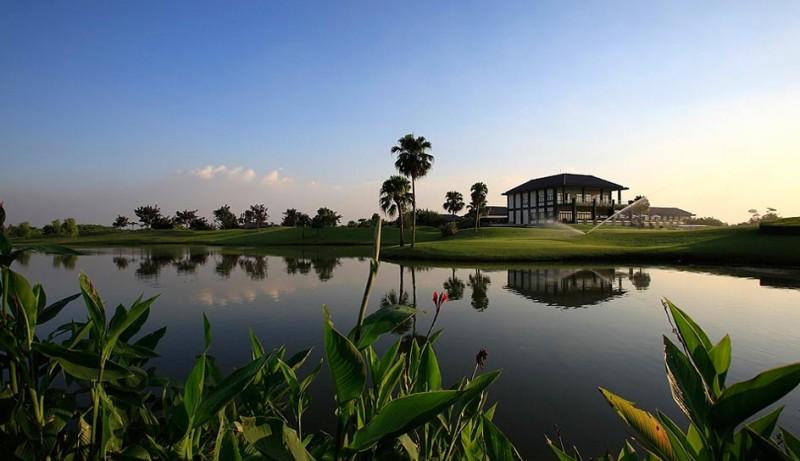 Sân golf Vân Trì được thiết kế bởi bàn tay tài hoa của nhà thiết kế nổi tiếng Peter Rousseau và một số kiến trúc sư khác