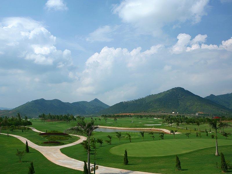 Sân golf Minh Trí chỉ cách trung tâm thủ đô khoảng 40km