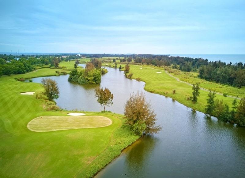 Sân golf nằm ngay trung tâm bãi biển Trà Cổ