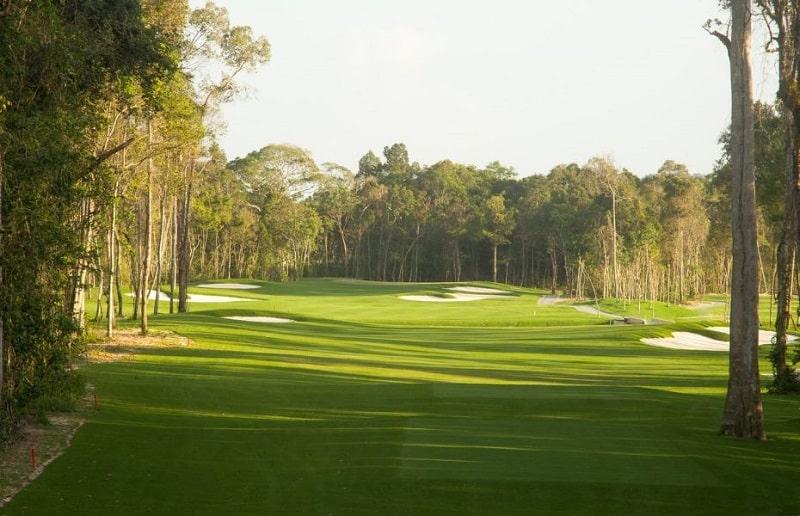 Sân golf nhiều thách thức người chơi golf