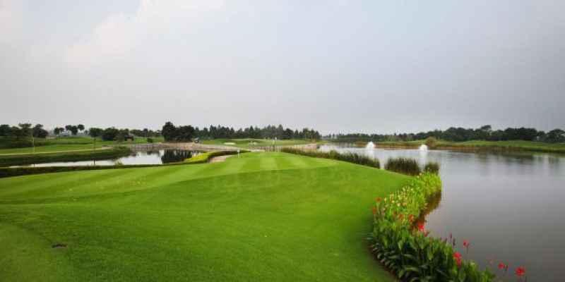 Bẫy nước tại sân golf Vân Trì tạo thách thức cho người chơi