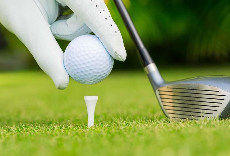Người chơi đặt bóng golf của mình lên một giá đỡ nhỏ