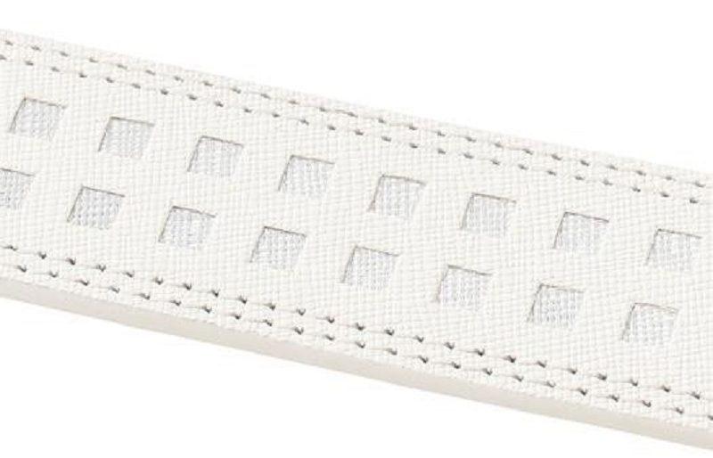 Thân dây lưng thiết kế ấn tượng với các lỗ và ô vuông xếp cân xứng