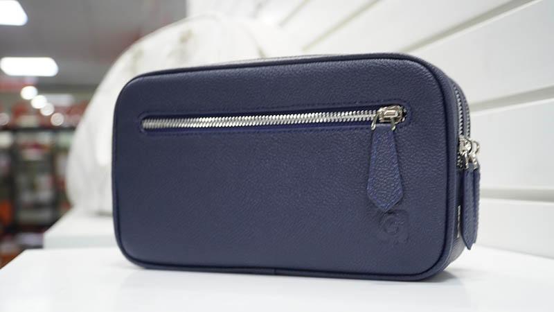 Túi được làm từ chất liệu da êm ái