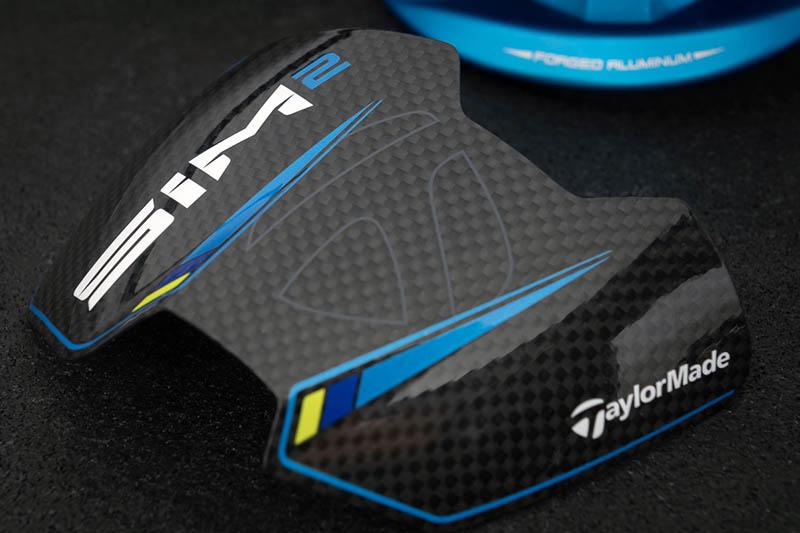 Sản phẩm được thiết kế với kiểu dáng thể thao có vân xanh trên nền đen