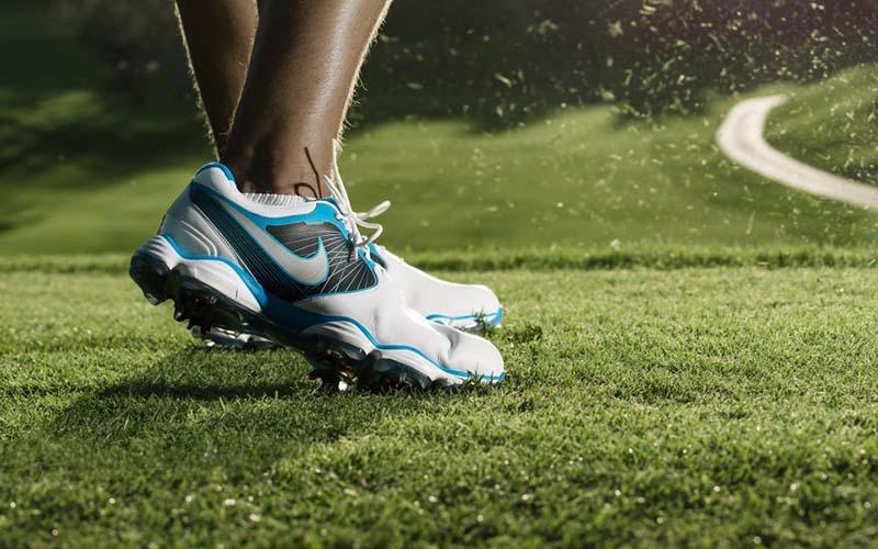 Giầy golf luôn đóng vai trò quan trọng trong cú swing của người chơi