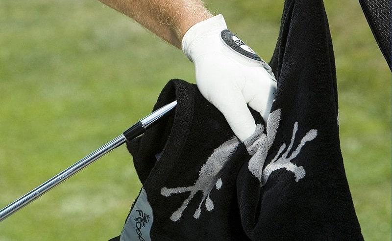 Khăn golf là một trong những phụ kiện quan trọng, cần thiết