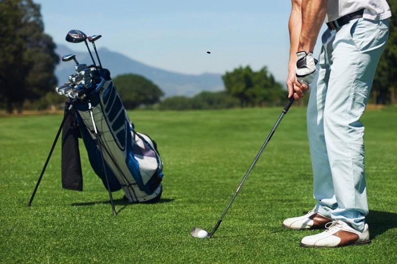 Túi đựng gậy chơi golf là dụng cụ cần thiết cho các golfer