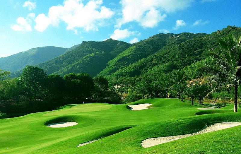 Một góc sân golf gần với nhiều đồi thấp