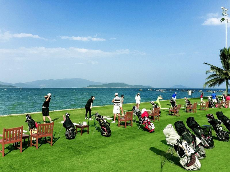 Một mặt sân golf Diamond Bay hướng ra biển