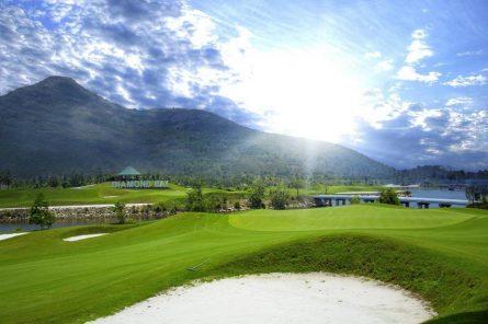 Bình minh chiếu rọi bên sân golf, trời trong xanh và vô cùng mát mẻ