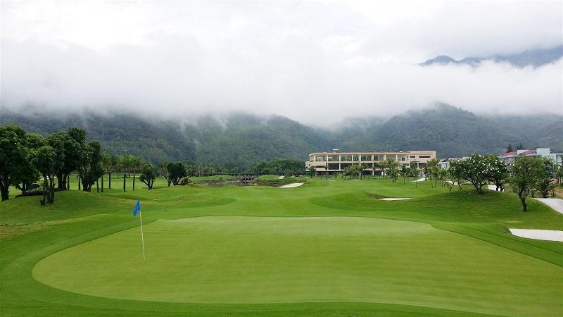 Sương mù phủ trên đỉnh các dãy núi phía sau sân golf, hợp thành khung cảnh tự nhiên mờ ảo như cõi tiên mộng