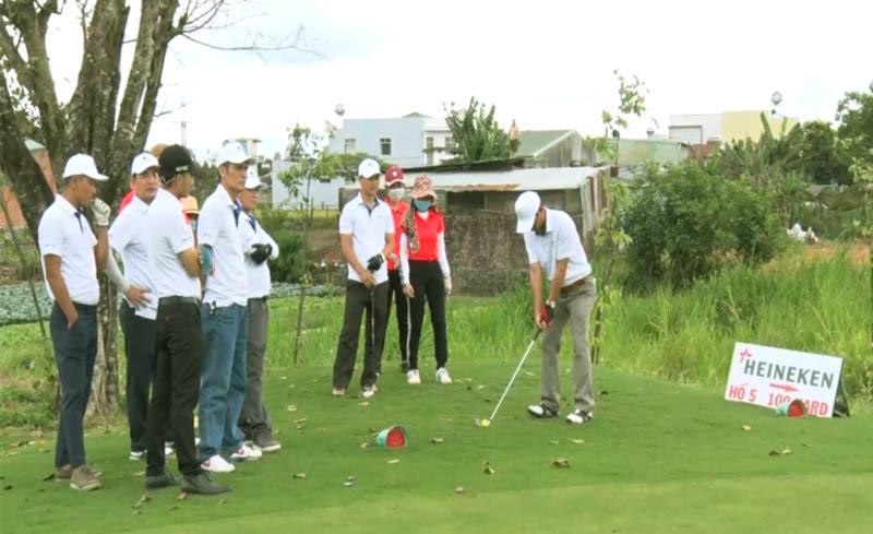 Các cuộc thi golf chuyên nghiệp thường xuyên được tổ chức.