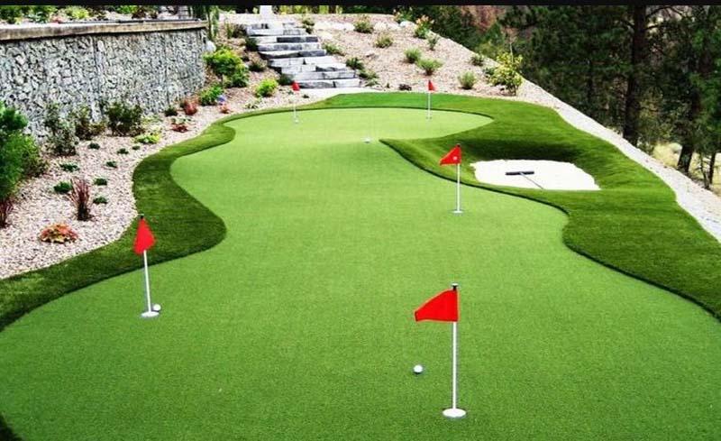 Sân golf trong nhà thuận tiện để luyện tập thường xuyên.