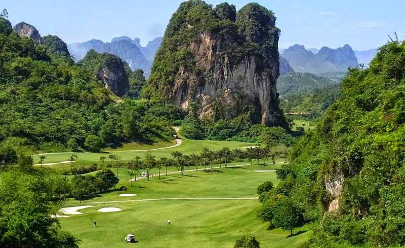 Sân golf Phoenix Hòa Bình nổi bật với núi rừng hùng vĩ