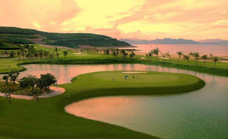 Vị trí của sân golf thuận lợi để di chuyển.