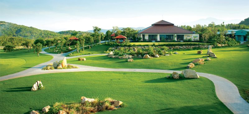 Các đường golf được thiết kế đan xen với cây xanh và hồ nước