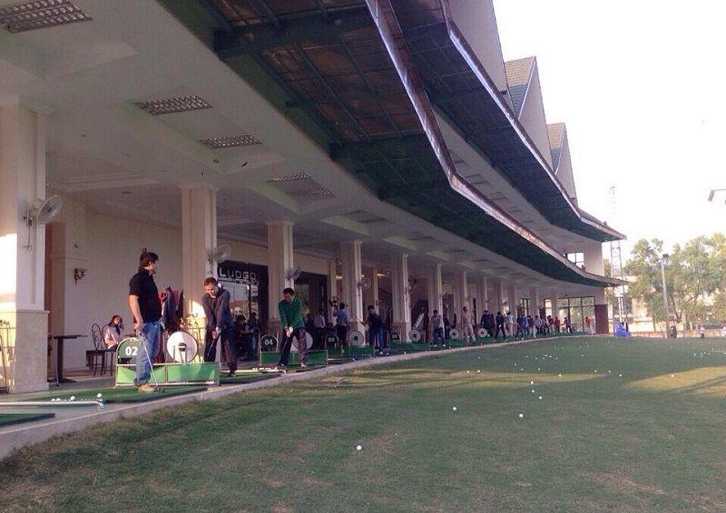 Tập golf ở đây, mỗi khung giờ bạn phải trả mức phí khác nhau