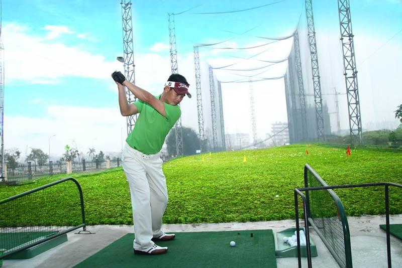 Hạn chế khi chơi golf ngoài trời chính là khoảng cách di chuyển và thời tiết