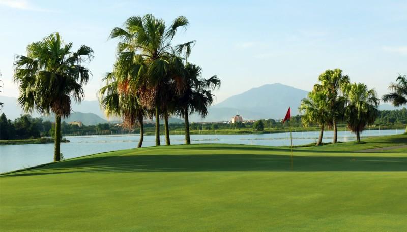 Đây là sân golf 18 lỗ có diện tích khoảng 90 ha cách trung tâm Hà Nội không xa