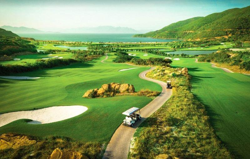 Sân golf Hải Phòng có đường fairway và vùng green uốn lượn, thách thức người chơi
