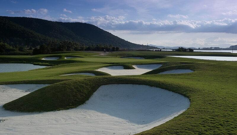 Sân golf Đà Lạt 1200 nằm cách sân bay Liên Khương khoảng 15 phút di chuyển