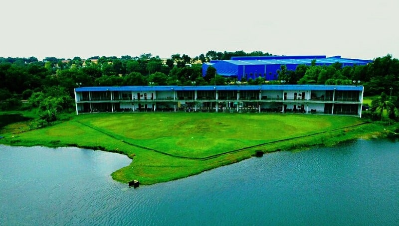 hồ nước trong khuôn viên sân golf