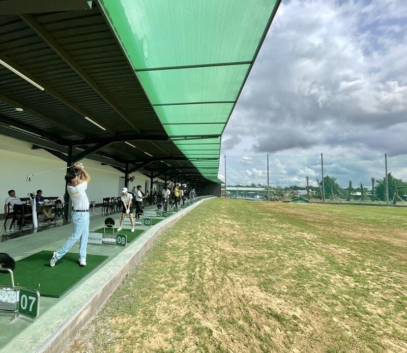 golfer tập luyện tại sân