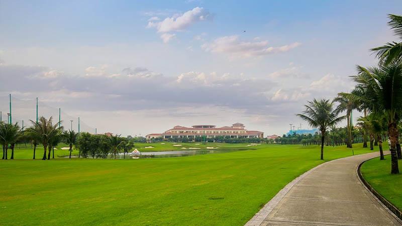 Không gian sân golf rộng và thoáng
