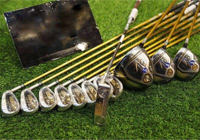 Gậy golf là dụng cụ tập golf cần thiết dù tập golf trong nhà hay ngoài trời