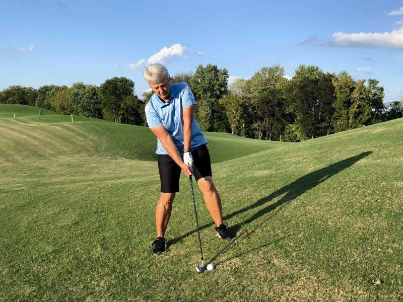 Golfer cần setup được tư thế đứng đúng chuẩn với sườn dốc trên