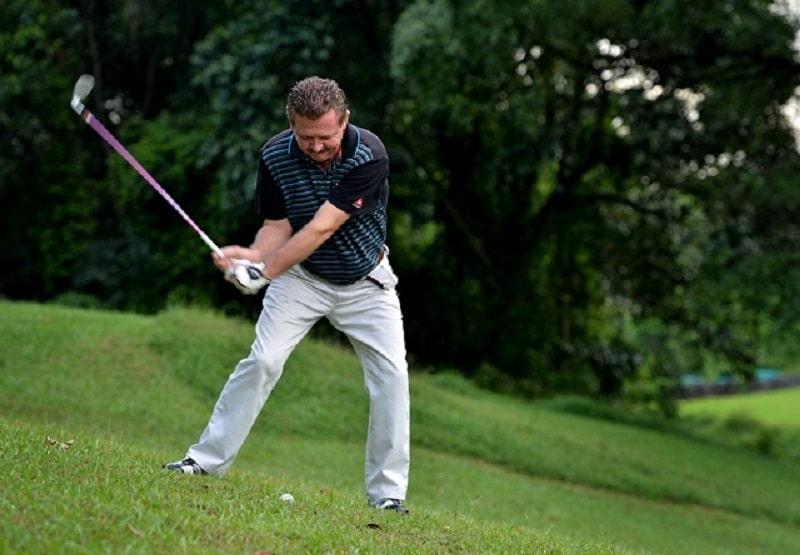 Với sườn dốc dưới, golfer nên đứng nghiêng về bên phải