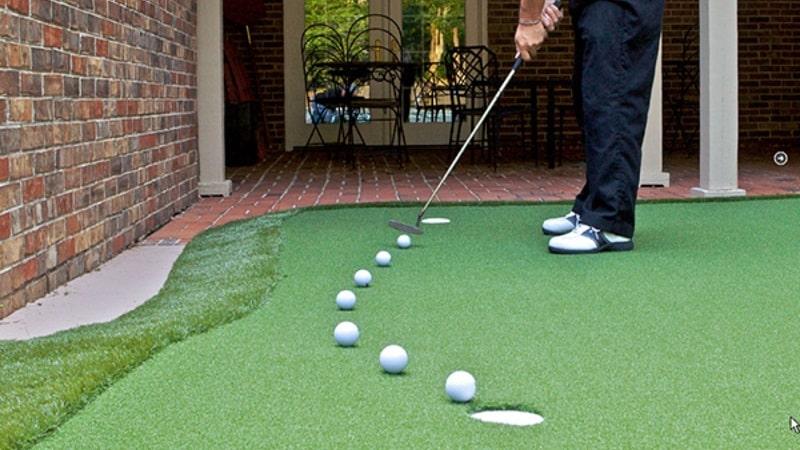 Golfer nên chú ý đến chất lượng cỏ khi chọn mua thảm chơi golf ở nhà