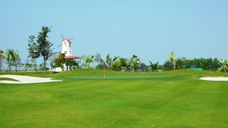 Sân tập golf Sunshine Driving Range có vị trí thuận tiện di chuyển