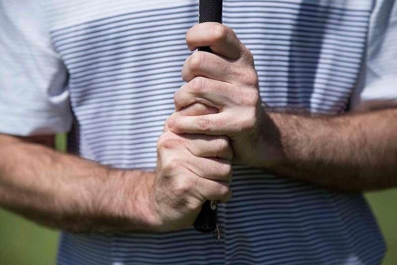 Đây là cách cầm gậy golf tay trái truyền thống được nhiều golf thủ sử dụng